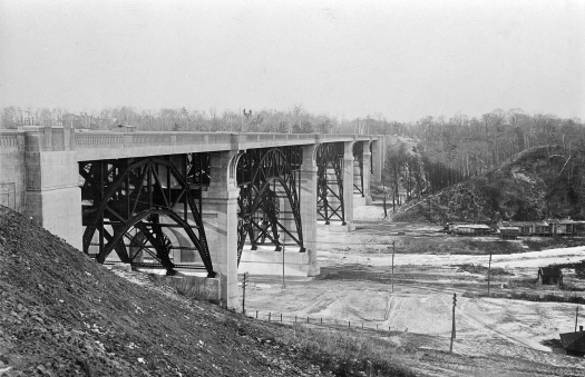 Bloor_viaduct_and_sugarloaf_hill_1917